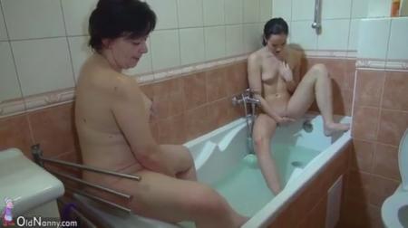 Подруги Шалят В Ванной